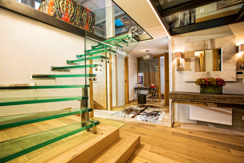 Self Catered Luxury Apartment, Urban Corniche, Les Gets: Glass Staircase