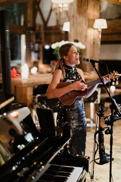 Sofia Landgren performing in chalet Le Rocher